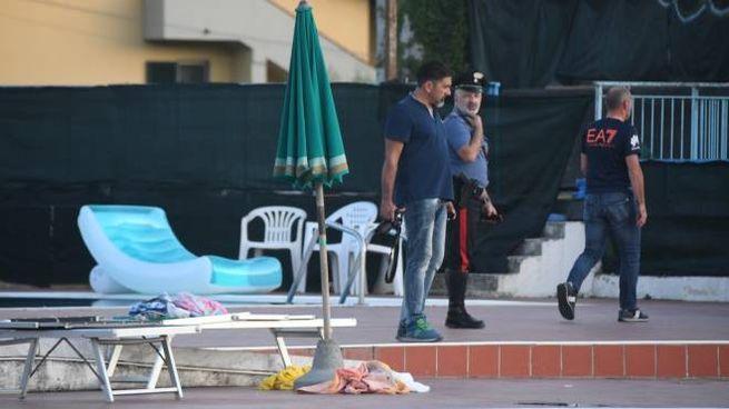 I carabinieri alla piscina posta sotto sequestro (foto Pasquali)