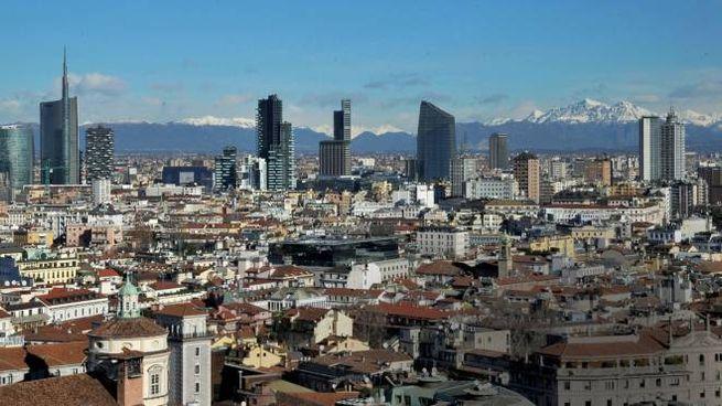 Lo skyline di Milano con le Alpi innevate alle spalle