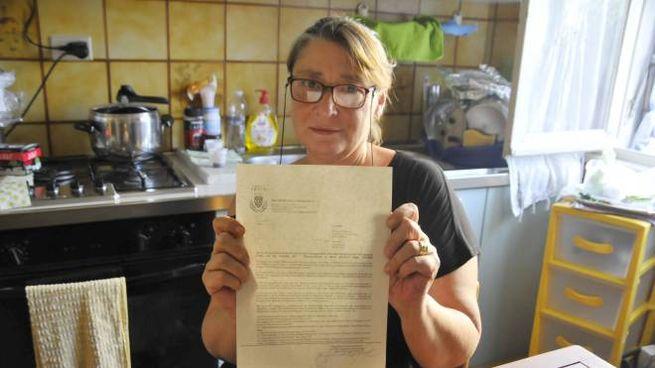 Rossella Stella mostra la lettera che il Comune le ha inviato