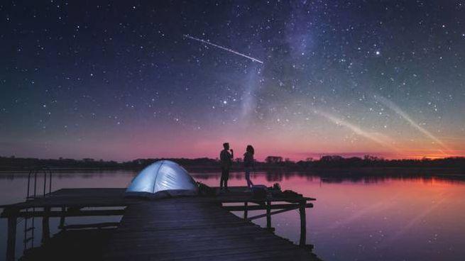 Lo spettacolo della volta celeste con una stella cadente