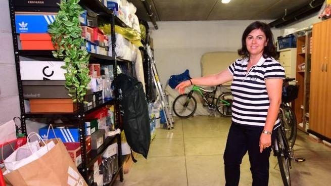 Una residente mostra i garage presi di mira dai ladri in via Marmolada (Foto Donzelli)