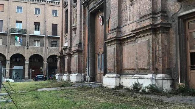 Ingresso di San Domenico con l'erba tagliata