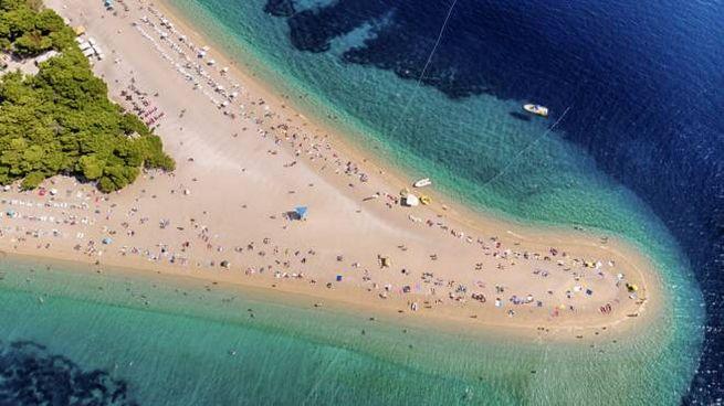 La spiaggia di Zlatni rat, il Corno d'Oro, sull'isola di Brac in Croazia