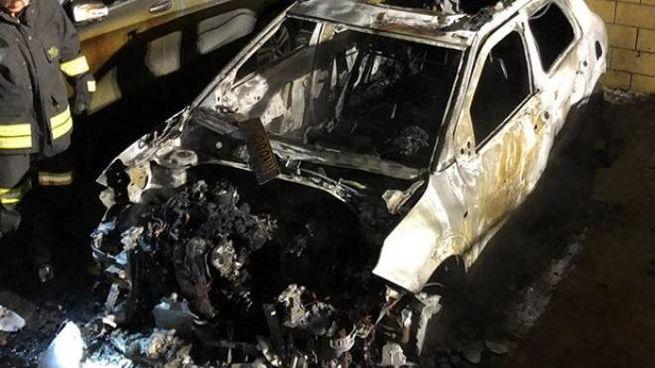 Una delle auto danneggiate dall'attentato incendiario