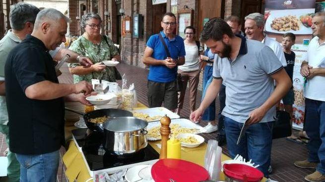 Lo show cooking con la pasta di legumi e due soci dell'azienda 'Montemonaco Srl'