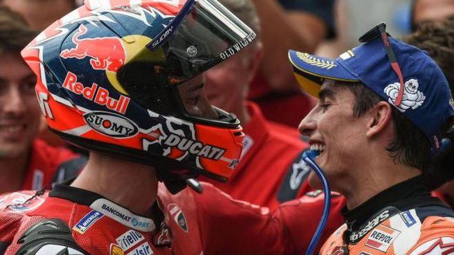 L'abbraccio tra Dovizioso e Marquez a fine gara (LaPresse)