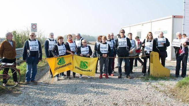 """L'opposizione e i comitati """"No Vasche"""" accusano la giunta di non tutelare il territorio"""