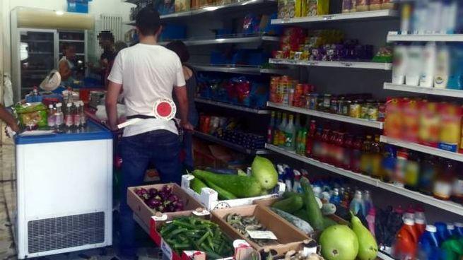 Insetti e cibo avariato, sequestro in un negozio del Navile