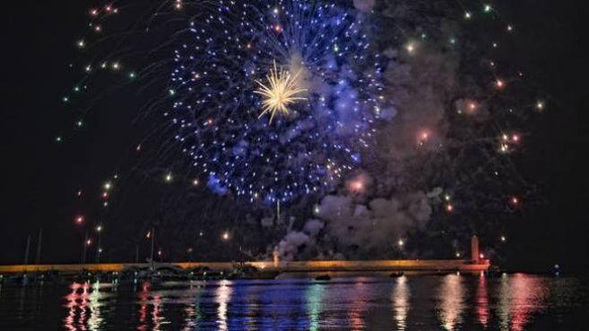 Fuochi d'artificio per il gran finale della 'Festa del mare' a Marina di Ravenna.