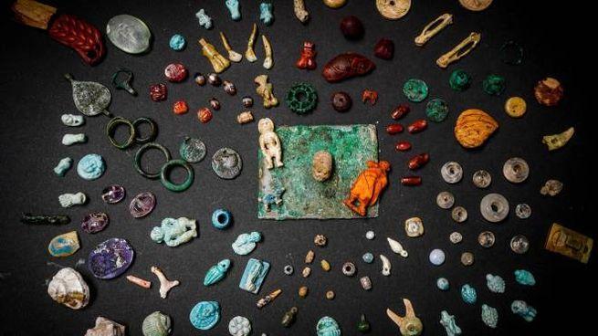 Pompei, gli oggetti che compongono il tesoro della fattucchiera (Ansa)