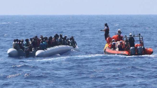 Un soccorso di migranti da parte della Ocean Viking (Ansa)