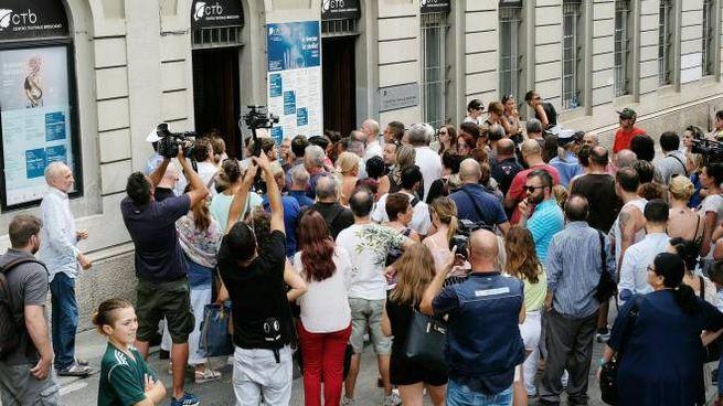 Le persone fuori teatro Santa Chiara di Brescia dove è stata allestita la camera ardente