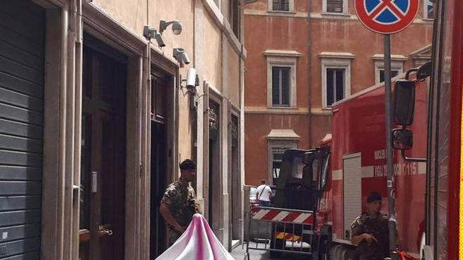 Mezzi dei vigili del fuoco davanti alla sede del Pd a Roma (Ansa)