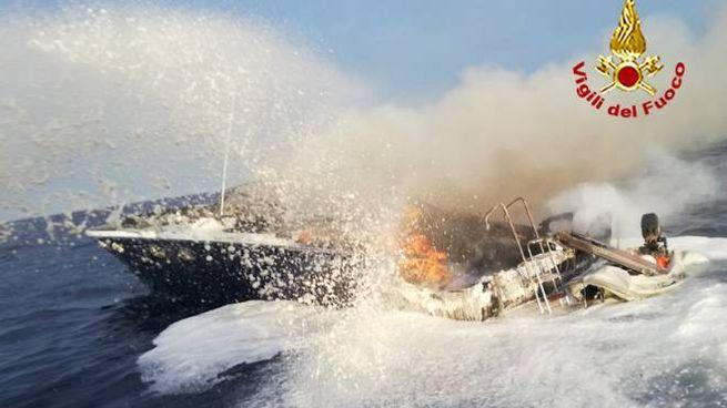 L'intervento dei vigili del fuoco per spegnere l'incendio sulla barca