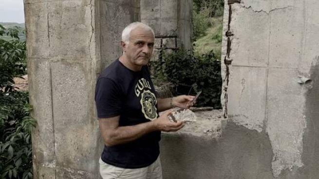 Alessandro Bonafede, cittadino di Ripoli, mostra i calcinacci del viadotto Rio Piazza