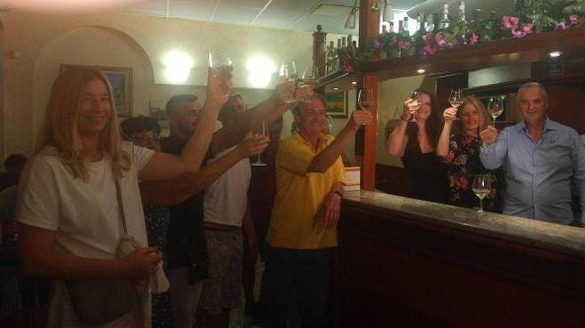 Festa grande al Bar Marino di Lodi dopo il '6' dei record al Superenalotto (Ansa)