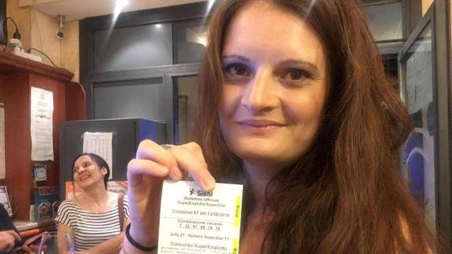 La titolare, Sara Poggi, mostra la schedina dei record (Ansa)