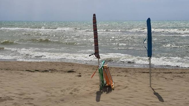 Ombrelloni e sdraio in spiaggia