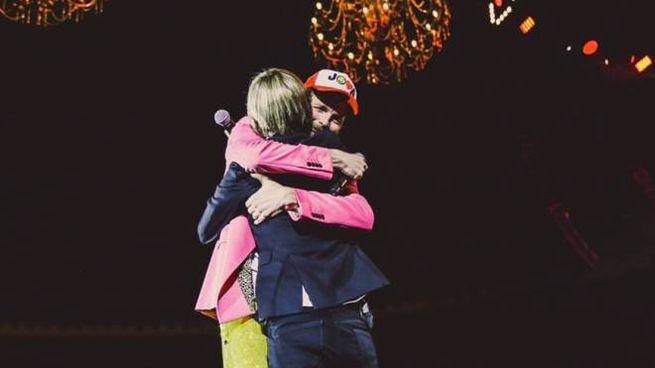 Jovanotti abbraccia Nadia Toffa durante il concerto a Bologna