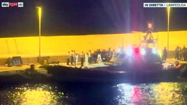 Fermo immagine da SkTg24 che documenta lo sbarco di 9 migranti della Open Arms (Ansa)
