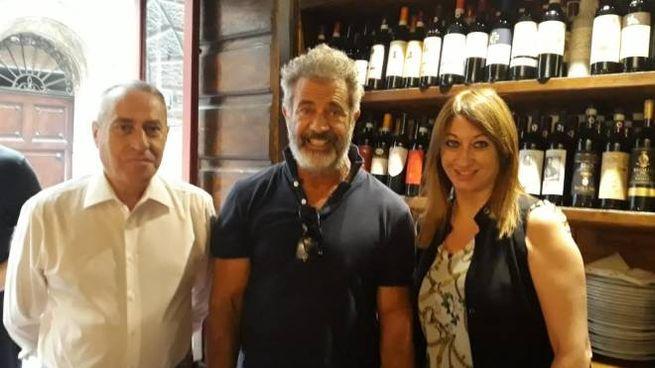 Mel Gibson con Fabrizio e Claudia Viciani dell'Antico Osteria Da Divo
