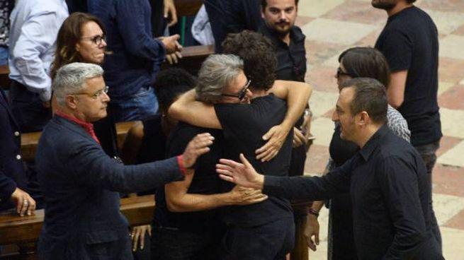 I colleghi delle Iene si abbracciano in chiesa (LaPresse)