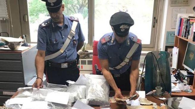I sacchetti con la marijuana sequestrati dai Carabinieri nell'abitazione del ragazzo