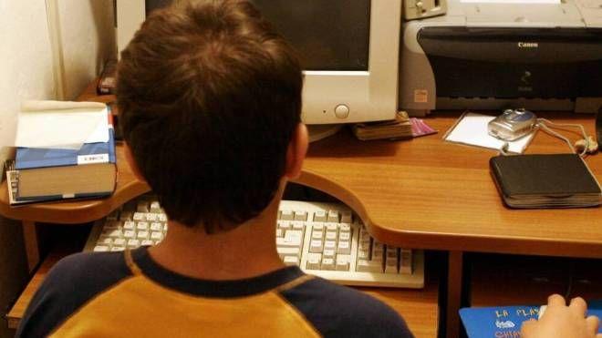 Un ragazzino al computer nella sua stanza (Immagine di repertorio)