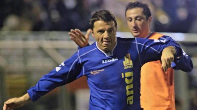 Matteo Renzi durante una partita benefica (Ansa)