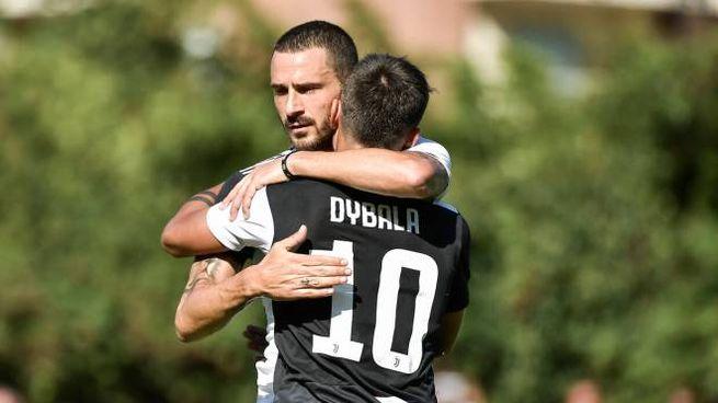 L'abbraccio fra Dybala e Bonucci