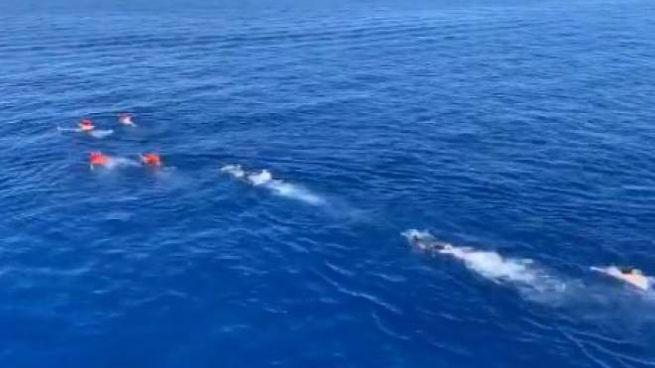 Alcuni migranti cercano di raggiungere a nuoto Lampedusa, inseguiti dai soccorritori