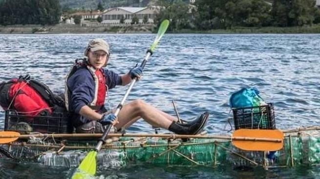 Cristian Civati e la barca di bottiglie riciclate