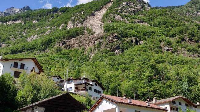 La frana dal Monte Calestro sopra le abitazioni