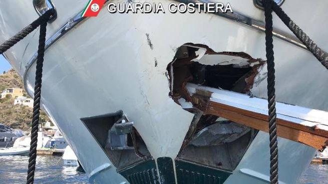 Eolie, scontro tra traghetto e yacht (Dire)
