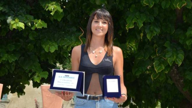 Carlotta Del Rosso con i premi di Miss LaNazione.it (Fotomania)