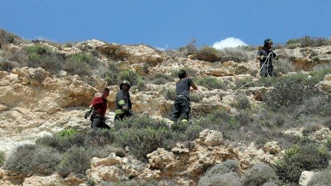 Vigili del fuoco traggono in salvo il turista all'Isola dei Conigli (Ansa)