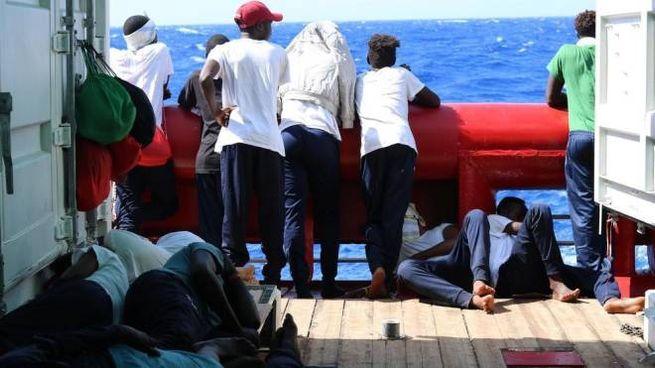 Migranti a bordo della Ocean Viking (Ansa)