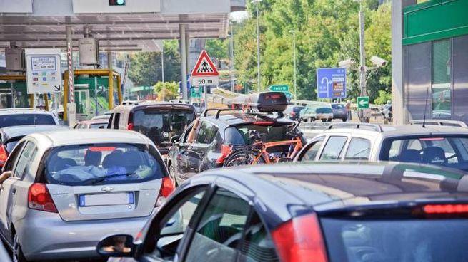 Auto in fila alla barriera di Trieste Lisert sull'A4 (Ansa)