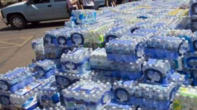Le bottiglie d'acqua incriminate, lasciate sotto il sole