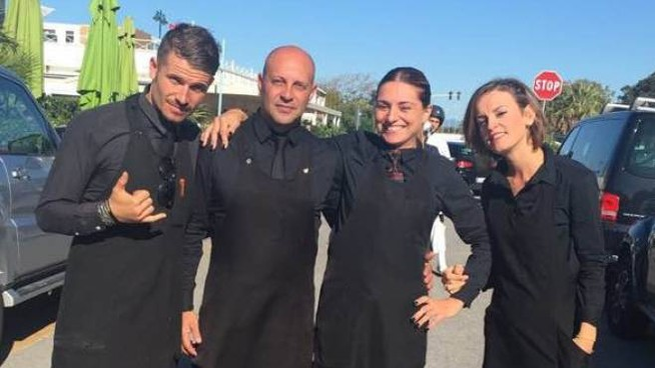 Nicola Dallori (secondo da sinistra) con lo staff dell'Osteria del Mare