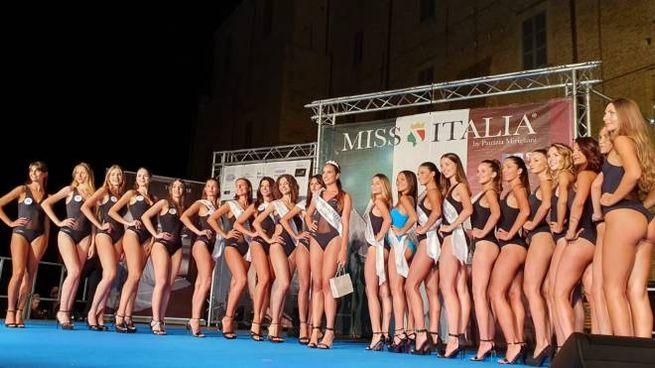 Al centro con la fascia, Miss Marche Giulia Ciarlantini