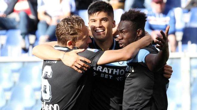 I calciatori della Lazio esultano dopo una rete segnata la scorsa stagione a Marassi