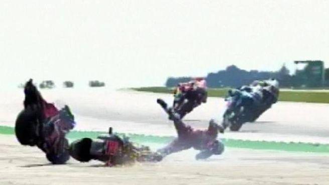 Un fermo immagine dell'incidente a Dovizioso
