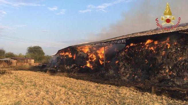 L'incendio del deposito di rotoballe
