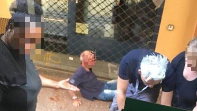 L'aggressione fotografata da una passeggera del bus guidato da Andrea Nicoletti
