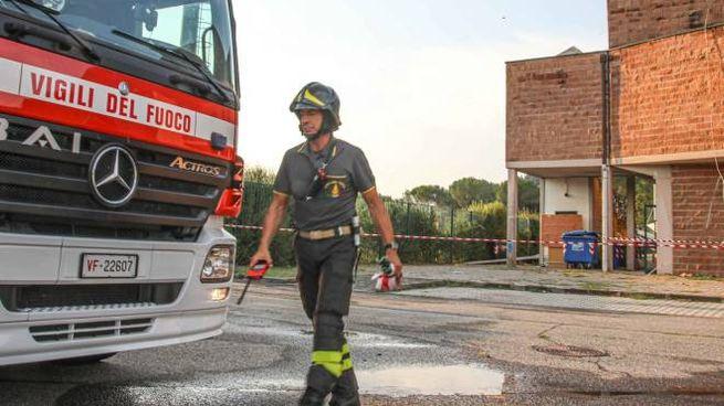 I pompieri in azione dopo che la tempesta lampo ha danneggiato il palazzetto (Germogli)