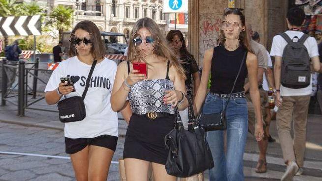 """Tra gli """"zombie"""" con lo smartphone: in strada e metro con gli occhi fissi sul cellulare"""