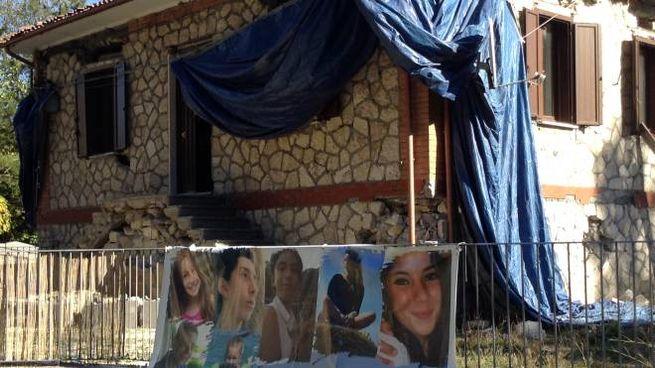 Lo striscione con le foto di alcune giovani vittime a Pescara del Tronto