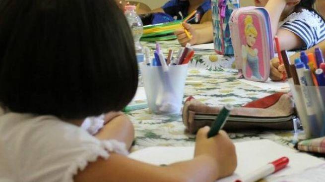 Bambini cinesi fanno i compiti