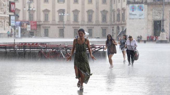 Violento e improvviso temporale in piazza Duomo (Newpress)